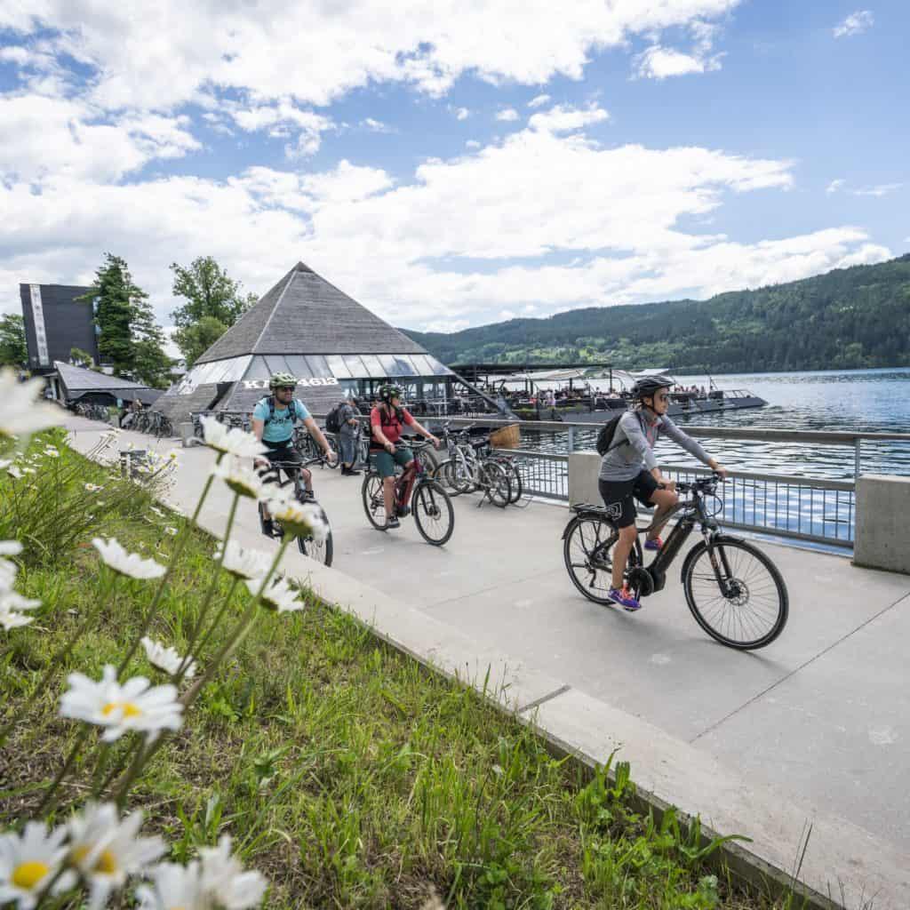 Radweg Millstatt neben Pyramide und See bei Urlaub in Hotelpension Sedlak