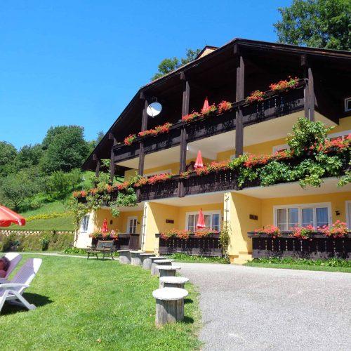Appartementhaus der Pension Sedlak mit Liegewiese