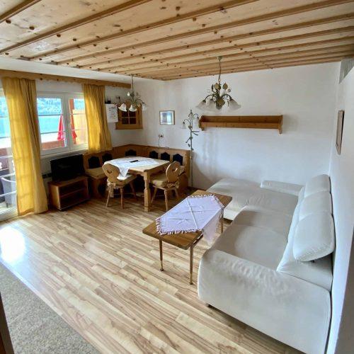 Wohnbereich mit Essecke, Balkon und Blick auf Millstätter See in Kärnten