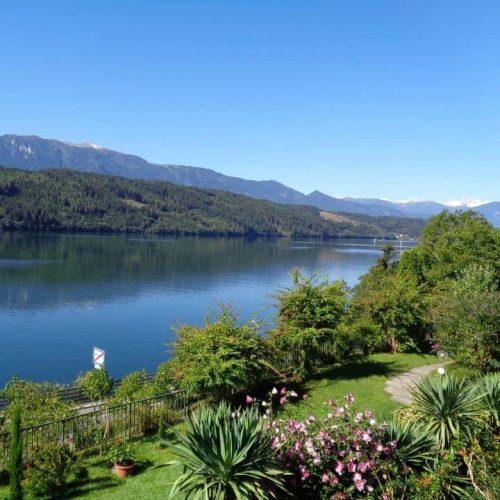 Garten mit Blick auf den See bei Pension Sedlak in Kärnten